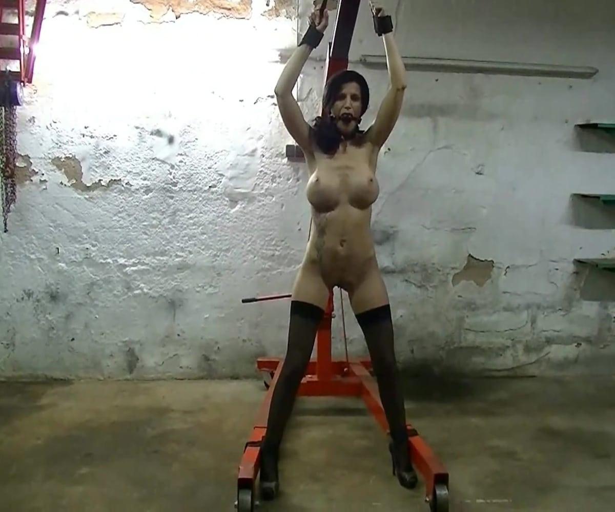 Mysexymel am Werkstattkran nackt gefesselt und brutal benutzt